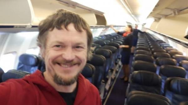 May bay Boeing 737 den Italy chi cho dung mot hanh khach hinh anh 1